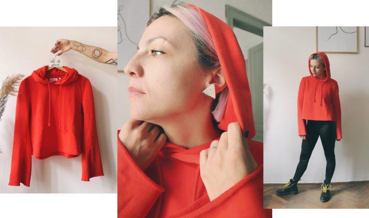 Cum porți Gruni la ținute antifit: Hanorac hoodie roșu, pantaloni negri, cercei cu tijă sare și piper triunghi cu un strop de aur