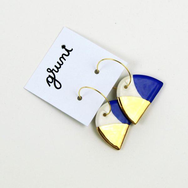 Cercei jumi-juma, albastru cobalt și aur, din ceramică, pictați manual față-verso. Închizătoare inox auriu 2,5 cm. Lungime 4,5 cm. Design Gruni