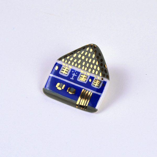 Casa albastră din Ighişul Vechi, broșă pin pictată manual, detalii aur. 4x4cm. Campania #FondAlbastru a Asociației Momentum prin Albastru.ro