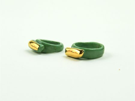 Inel din porțelan marmorat verde, cu linie de aur pictată manual. Are o formă organică, modelată manual. Bijuterie de autor Gruni. Unicat