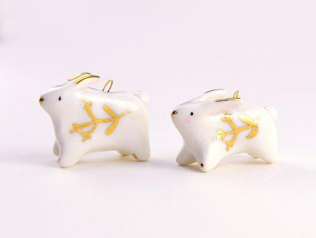 Colier cu iepuraș decorat cu flori de aur. Modelat manual din porțelan. Lănțișor inox. Iepuraș 2 x 2.5 cm. Unicat. Gruni.
