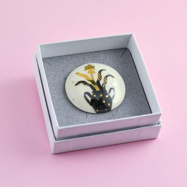 Broșă unicat cu plantă 1, ceramică pictată manual, decorată cu aur. Dimensiune 4 x 4 cm. Pin alamă. Pentru haine groase.