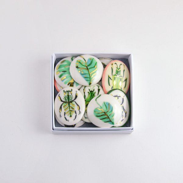 Broșă unicat pictată cu tematică la alegere, ceramică pictată manual, decorată cu aur. Dimensiune 4 x 4 cm. Pin alamă. Pentru haine groase.