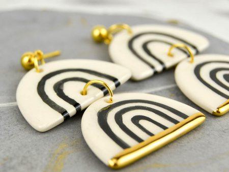 Cercei geometrici Grafic 111 mari din ceramică. Bijuterie de autor modelată și pictată manual cu negru. Decorație aur. 3,5 x 5,5 cm. Gruni