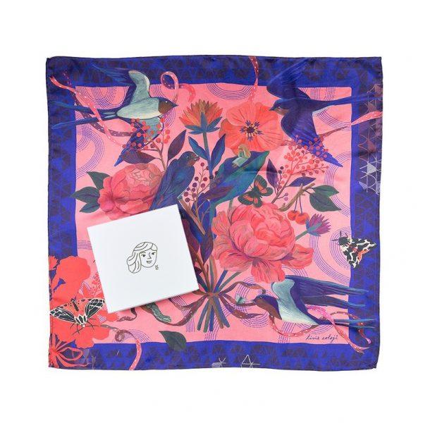 Eșarfă din mătase twill cu rândunici și flori. Împachetată cadou. 65 x 65 cm. Ilustrație de Livia Coloji. Un cadou creativ, dar și elegant.