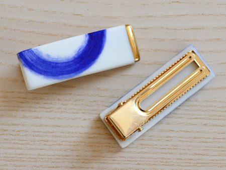 Agrafă cu val albastru, pentru păr, cu clemă tip crocodil. Porțelan decorat cu aur. 6,5 x 3 cm. Bijuterie statement. Produs manufacturat la Gruni.