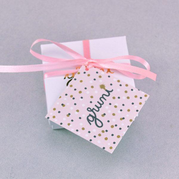 """Cutiuță de ambalaj cadou pentru bijuterii din ceramică Gruni. Este însoțită de un bilețel, ce se poate personaliza cu """"La mulți ani!"""" etc."""