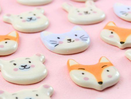 Insigne cu animale, din ceramică: ursuleți, vulpițe, iepurași, pisicuțe căței. Modelate și pictate manual. Aprox. 2 x 2.5 cm. Design Gruni.