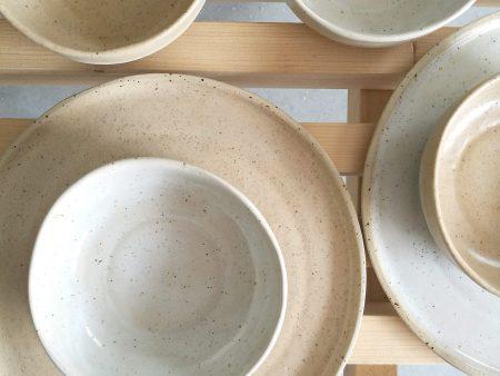 Bol mare și adânc, handmade din ceramică rezistentă la temperaturi mari și murdărie. Seria Mix&Match Natur. Manufacturată din gresie ceramică de temperatură înaltă, cu picăţele, parţial glazurată. Partea neglazurată are porii complet închişi ceea ce îl face rezistent la murdărie şi la pătare. Diametru de 15 de cm şi adâncime de 12 cm. Disponibil în mai multe culori.