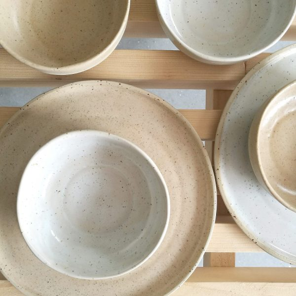 Bol mare adânc, ceramică rezistentă la temperaturi mari și murdărie. Seria Mix&Match Natur. 15x12 cm. Culori: caramel, alb, verde. Textură picățele
