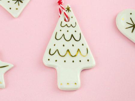 Ornament brăduț alb, pentru pomul de Crăciun. Dimensiuni 7 x 4 cm. Decorat manual cu aur pe ceramică. Unicat. Gruni
