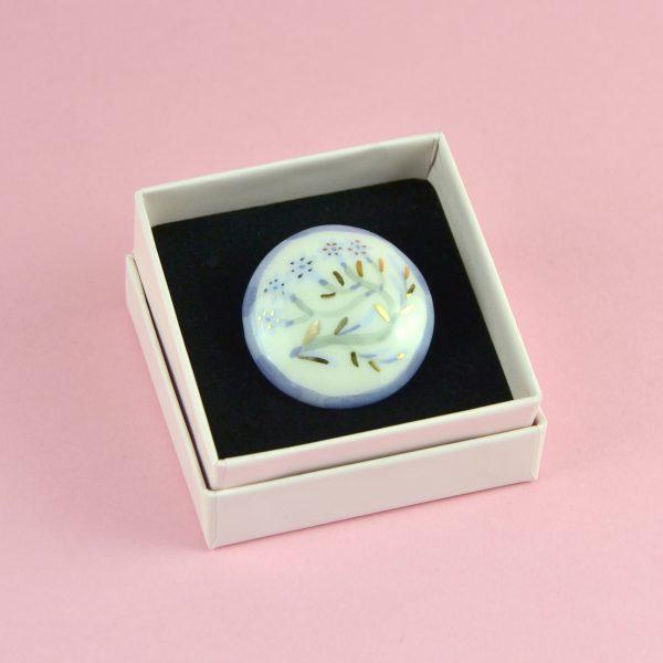 Broșă cu flori și frunze de aur, ceramică pictată manual, decorată cu aur. Dimensiune 4 x 4 cm. Pin alamă. Pentru haine groase.