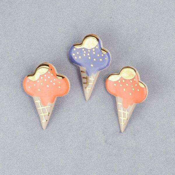 Broşă cornet de îngheţată, tip pin, diferite arome, decorat manual cu aur pe ceramica. 5 x 3,5 cm. Pin alamă. Pentru haine groase. Gruni