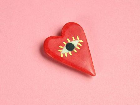 Broşă inimă, I See With My Heart, pictată manual pe ceramică. Decor aur. Pin alamă. 4 x 3 cm, 7 g. Cadou îndrăgostiți. Gruni