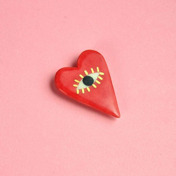 Broşă inimă, I See With My Heart, pictată manual pe ceramică. Decor aur. Pin alamă pentru haine groase. 4 x 3 cm. Cadou îndrăgostiți. Gruni