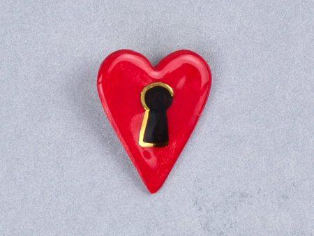 Broşă inimă-lacăt, tip pin, pictată manual pe ceramică, accent aur. 4 x 3 cm. Pin alamă pentru haine groase. Cadou îndrăgostiți. Gruni