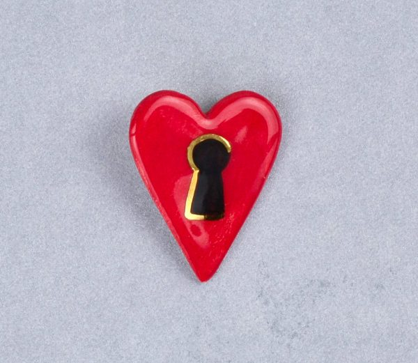 Broşă inimă-lacăt, tip pin, pictată manual pe ceramică, accent aur. 4 x 3 cm, 7g. Pin alamă pentru haine groase. Cadou îndrăgostiți. Gruni