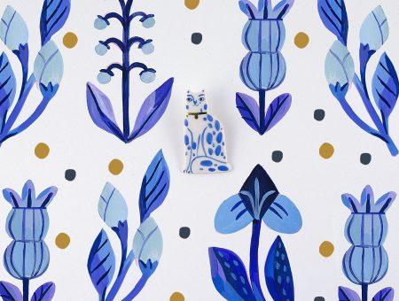 Upgrade al broșei Gruni cu pisică a fost inspirat de vizita Liviei la ultima fabrică de porțelan din Delft, Olanda. Similar, este pictată manual cu albastru