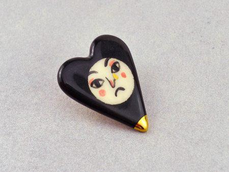 Broşă inimă tip pin - Sad Heart, din ceramică pictată manual cu o figură tristă. 4 x 3 cm, 7 g. Pin alamă.