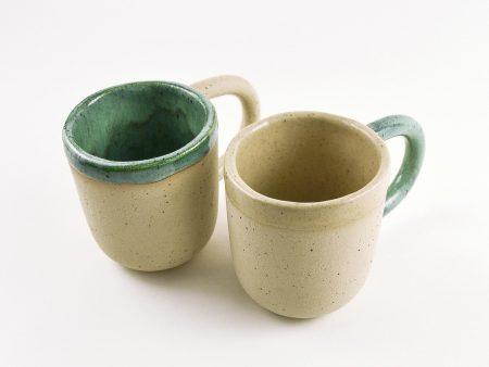 Mix&Match Natur cană de cafea cu toartă, realizată manual din ceramică rezistentă la temperaturi înalte și murdărie. Seria Mix&Match Natur. Manufacturată din gresie ceramică de temperatură înaltă, textură cu picăţele, parţial glazurată. Partea neglazurată are porii complet închişi ceea ce o face rezistentă la murdărie şi la pătare. Diametru de 10 de cm şi adâncime de 13 cm. Este disponibilă în două variante de decor.