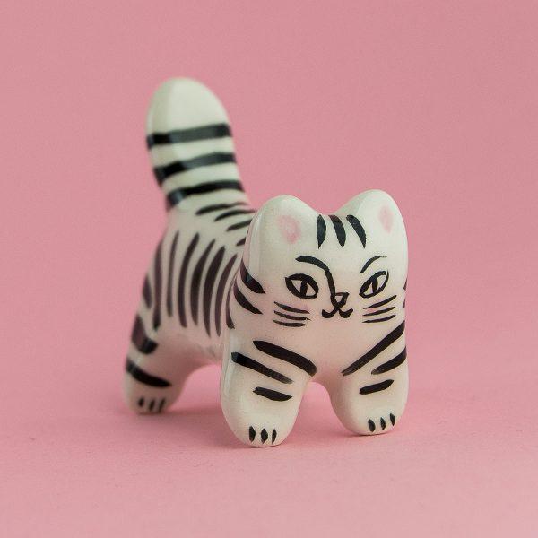 Sculptură ceramică - pisică tigrată. Modelată și pictată manual, fiecare figurină este unică. Dimensiuni 8x6 cm. Cadou pentru iubitorii de pisici.