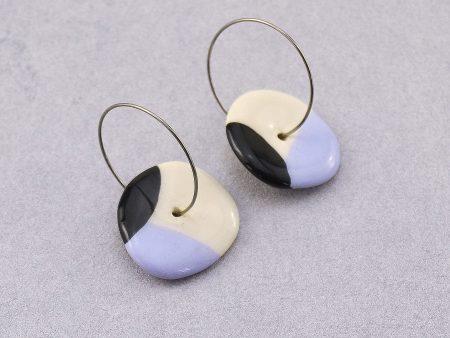 Cercei cerc / albastru și negru, din ceramică modelată manual, inegal, organic. Închizători inox 2,5 cm. Cerc 1,8-2,5 cm. Lungime aprox 4 cm.