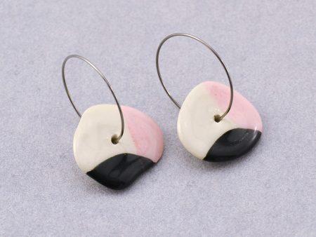 Cercei cerc / roz și negru, din ceramică modelată manual, inegal, organic. Închizătoare inox 2,5 cm. Cerc 1,8 - 2,5 cm. Lungime aprox 4 cm.