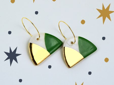 Cercei ceramică jumi-juma verde crom și aur, pictați manual pe ambele părți. Închizătoare inox auriu 2,5 cm. Total 3 x 4,5 cm. Design Gruni