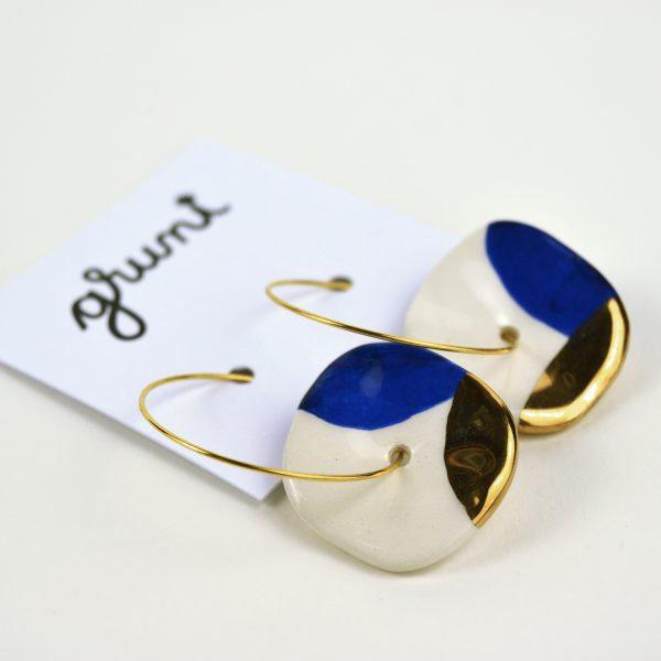 Cercei cerc / albastru cobalt și aur, din ceramică modelată și pictată manual. Închizătoare inox auriu 2,5 cm. Mărgea 2,5 cm. Formă organică.