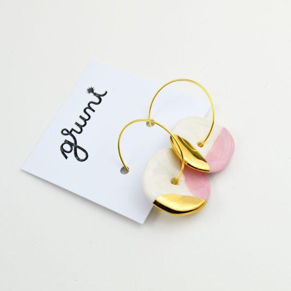 Cercei cerc / roz și aur, organici, modelați manual din ceramică, decorați cu aur. Diametru mărgea 2 cm. Tortițe inox 3 cm. Produs Gruni