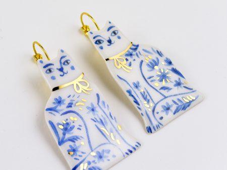 Cercei din ceramică cu pisici din Delft, pictați manual cu albastru cobalt și aur/platină. Închizători alamă. Decor floral. 2 x 5.5 cm