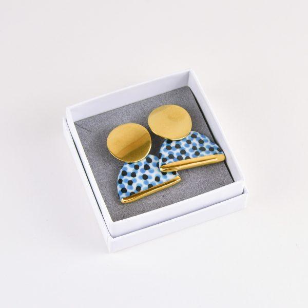 Cercei din porțelan cu puncte colorate pictate manual, roșu cu negru sau albastru cu negru. Închizătoare din inox auriu. 4 x 3.2 cm.