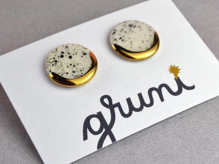 Cercei cu tijă sare şi piper cerc, din ceramică, cu accent aur/platină. Diametrul 1.8 cm. Tijă inox, argint, argint placat aur. Design neutru.