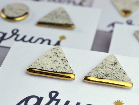 Cercei tijă sare şi piper triunghi, ceramică decorată cu aur/platină. Latura triunghi 1.7 cm. Tijă inox, argint, argint placat aur. Design neutru