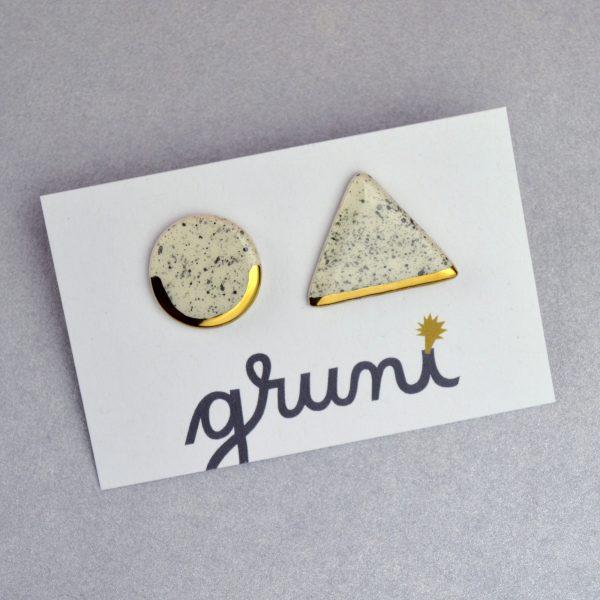Cercei cu tijă geometrici asimetrici sare şi piper – triunghi și cerc. Ceramică decorată cu aur sau platină. Tijă inox, argint, argint placat cu aur. 4 g / perechea.