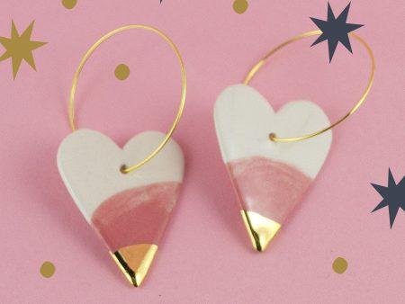 Cercei inimă alb și roz, din ceramică, decorată cu vârf de aur. Bijuterie de autor modelată, pictată manual. 6 x 3.2 cm. 10 g / perechea