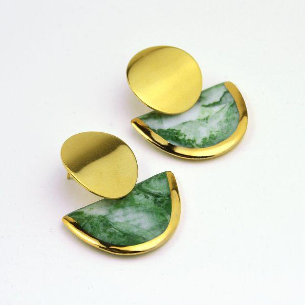 Cercei marmoraţi verzi din porțelan decorați manual cu aur, închizători inox. 3 x 4 cm. 11 g / perechea. Bijuterie de autor Gruni.