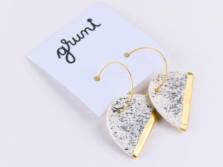 Cercei geometrici sare şi piper - semicerc, decorați manual cu aur/platină pe ceramică. Închizătoare inox 2,5 cm. Lungime totală 4 cm.