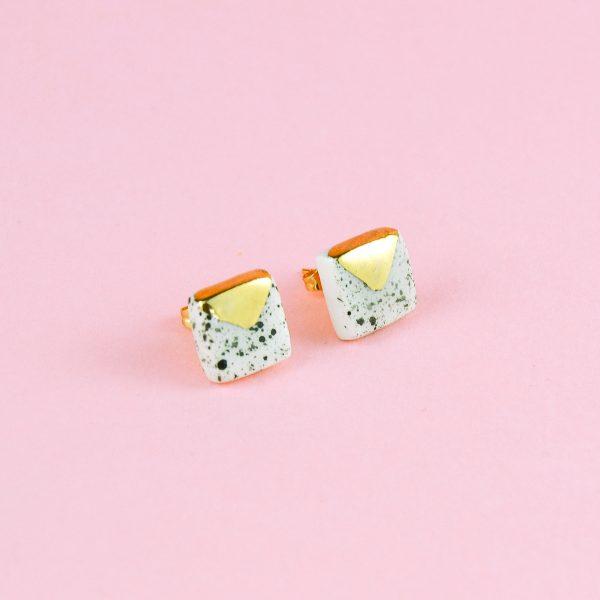 Cercei sare şi piper cu pătrat mic din ceramică decorați cu aur/platină. Dimensiune 1x1 cm. Tijă inox/argint/argint placat cu aur. Design Gruni