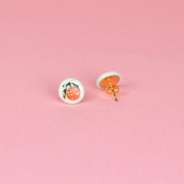 Cercei mici cu portocale pictate manual, pe ceramică, detalii aur. Diametru 1 cm. Model proaspăt, prietenos, cu fructe. Design Gruni