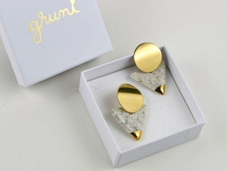 Cercei geometrici cu textură de culoare neutră, decoraţi cu aur sau platină coloidală