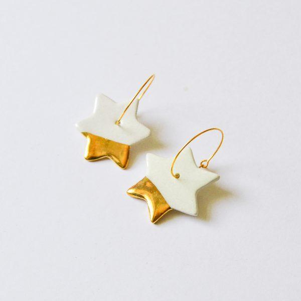 Cercei stele decorați manual cu aur/platină pe ambele fețe, model festiv de Crăciun. Închizătoare inox 2,5 cm. Stea 2,5 cm. Ceramica Gruni.