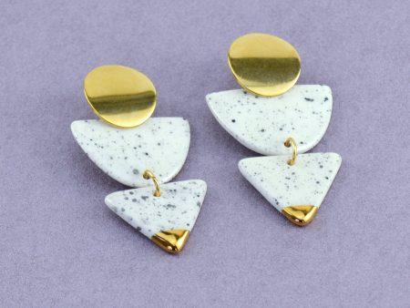Cercei ceramică geometrici accent aur platină - Ceres. Bijuterie de autor, textură neutră, sare și piper. Închizătoare inox. 13 g / perechea