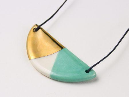 Colier ceramică jumi-juma verde mentă și aur pe fir bumbac cerat. Dimensiuni 7 x 3,5 cm. Deschidere maximă 40 cm, minimă 15 cm.