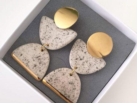 Cercei statement din ceramică, cu accent din aur sau platină - Cronos. Statement earrings. Închizătoare inox. 5,7 x 2,5 cm. 17 g / perechea