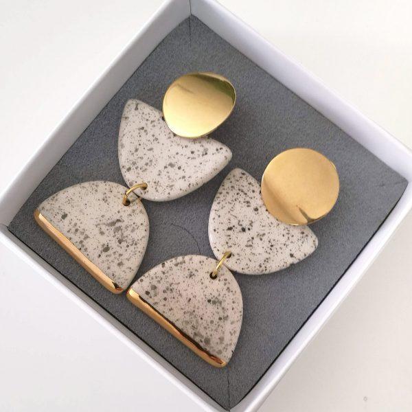 Cercei statement din ceramică, cu accent din aur sau platină - Cronos. Bijuterie de autor. Închizătoare inox. 5,7 x 2,5 cm. 17 g / perechea