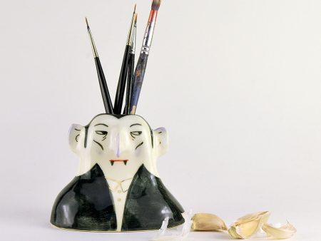 Obiect decorativ din ceramica - Bela Moroianu - vază sau suport. Modelat și pictat manual după Bela Lugosi. Obiect de autor Gruni. 12 x 17 cm