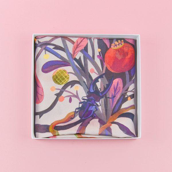 Eșarfă din mătase twill cu insecte și flori. Împachetată cadou. 65 x 65 cm. Ilustrație de Livia Coloji. Un cadou creativ, dar și elegant.