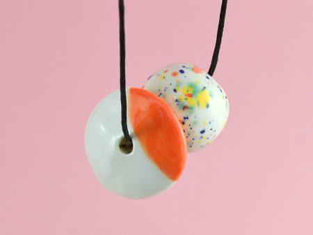 Mărgele din ceramică Fruity Fresh pe fir culisant din bumbac cerat. 2 x 2 x 5 cm. 30 g. Deschidere maximă 60 cm. Autor Gruni