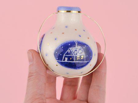 Ornament glob mic, albastru, pentru pomul de Crăciun. Pictat cu o căsuță. Dimensiuni 7 x 7 cm. Decorat manual cu aur pe ceramică. Unicat